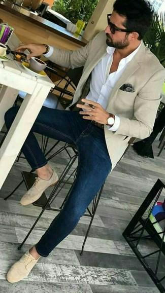 Темно-коричневый нагрудный платок с принтом: с чем носить и как сочетать: Такое простое и комфортное сочетание базовых вещей, как бежевый пиджак и темно-коричневый нагрудный платок с принтом, придется по вкусу молодым людям, которые любят проводить дни в постоянном движении. Теперь почему бы не привнести в этот образ на каждый день толику утонченности с помощью бежевых замшевых туфель дерби?