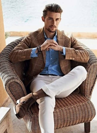 Как и с чем носить: коричневый пиджак в клетку, синяя классическая рубашка в горошек, белые зауженные джинсы, коричневые замшевые ботинки дезерты