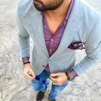 Как и с чем носить: серый шерстяной пиджак, пурпурная классическая рубашка, синие зауженные джинсы, темно-коричневые кожаные лоферы с кисточками