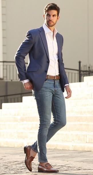 Мода для 20-летних мужчин: Поклонникам непринужденного стиля придется по вкусу ансамбль из темно-синего пиджака и синих зауженных джинсов. Хотел бы сделать лук немного строже? Тогда в качестве дополнения к этому ансамблю, выбирай коричневые кожаные лоферы.