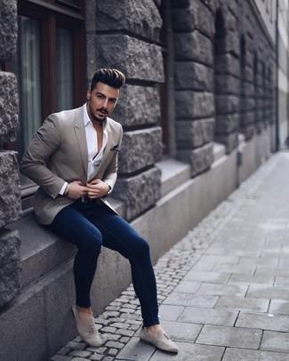 Темно-синие зауженные джинсы: с чем носить и как сочетать мужчине: Серый пиджак и темно-синие зауженные джинсы — отличный вариант, если ты хочешь создать раскованный, но в то же время модный мужской лук. Почему бы не добавить в повседневный ансамбль чуточку нарядности с помощью серых замшевых лоферов с кисточками?