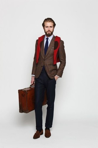 Как и с чем носить: темно-коричневый пиджак в шотландскую клетку, голубая классическая рубашка, темно-синяя классическая рубашка, темно-коричневые замшевые лоферы с кисточками