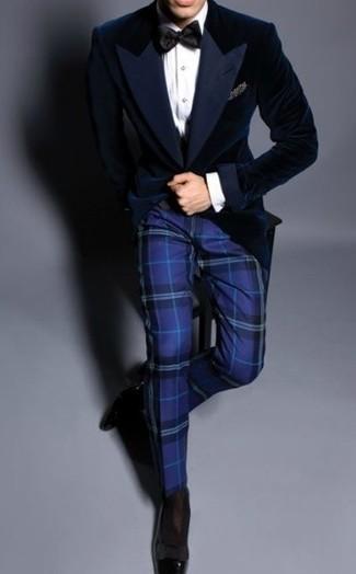 Как и с чем носить: темно-синий бархатный пиджак, белая классическая рубашка, синие классические брюки в шотландскую клетку, черные кожаные лоферы