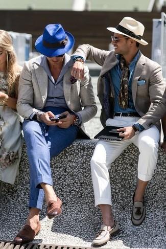 Как и с чем носить: серый пиджак, серая классическая рубашка, синие классические брюки, коричневые кожаные лоферы с кисточками