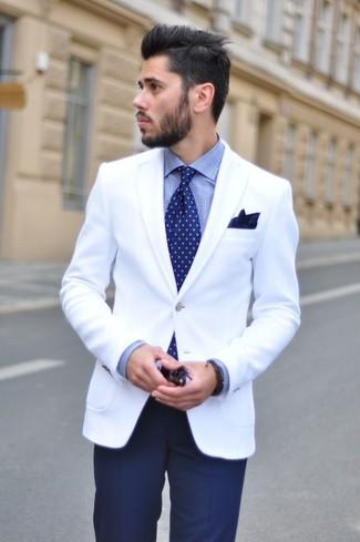 Сочетание белого пиджака и темно-синих классических брюк — отличный пример делового городского стиля.