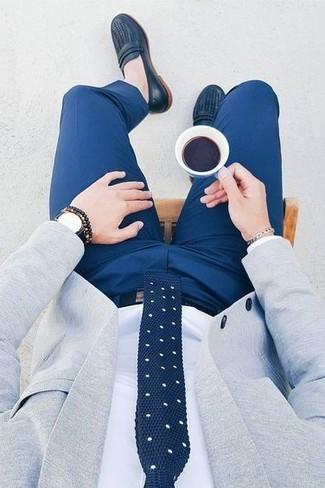 Как и с чем носить: серый пиджак, белая классическая рубашка, синие классические брюки, темно-синие кожаные лоферы