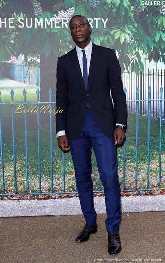 Как Dermot O'Leary носит Темно-синий пиджак, Белая классическая рубашка, Темно-синие классические брюки, Черные кожаные оксфорды