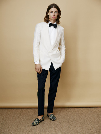 Как и с чем носить: белый пиджак, белая классическая рубашка, черные классические брюки, темно-бирюзовые замшевые лоферы