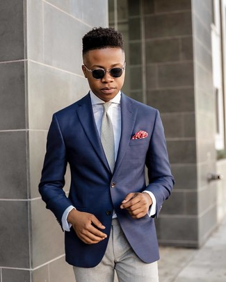 Как и с чем носить: темно-синий пиджак, белая классическая рубашка, серые классические брюки, серый галстук