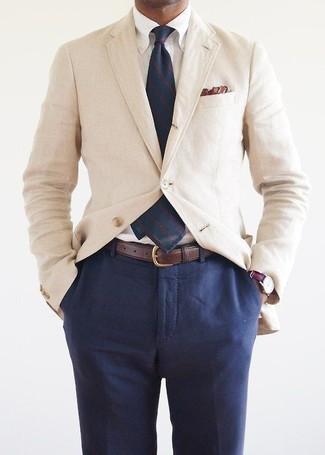 Как и с чем носить: бежевый хлопковый пиджак, белая классическая рубашка, темно-синие классические брюки, темно-синий галстук в вертикальную полоску