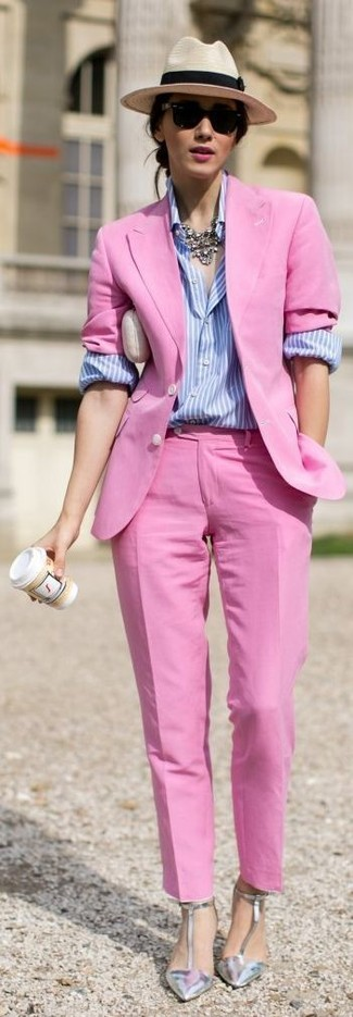 Как и с чем носить: ярко-розовый пиджак, голубая классическая рубашка в вертикальную полоску, ярко-розовые классические брюки, серебряные кожаные туфли
