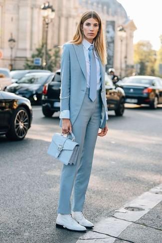 С чем носить галстук женщине: Такое лаконичное и практичное сочетание вещей, как голубой пиджак и галстук, нравится дамам, которые любят проводить дни активно. Пара белых кожаных ботинок на шнуровке  свяжет ансамбль воедино.
