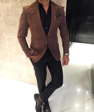 Как и с чем носить: коричневый шерстяной пиджак, черная классическая рубашка, черные классические брюки, темно-коричневые кожаные туфли дерби