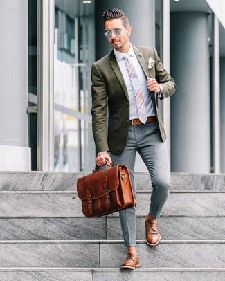 Как и с чем носить: оливковый пиджак, голубая классическая рубашка, серые шерстяные классические брюки, коричневые кожаные туфли дерби
