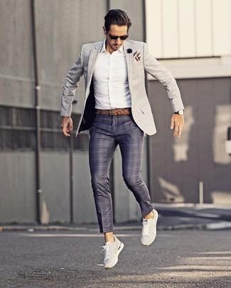 Как и с чем носить: серый пиджак в клетку, белая классическая рубашка, темно-синие классические брюки в шотландскую клетку, белые низкие кеды