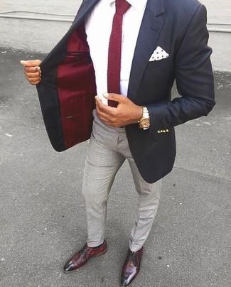 Как и с чем носить: черный пиджак, белая классическая рубашка, серые классические брюки, темно-красные кожаные туфли дерби
