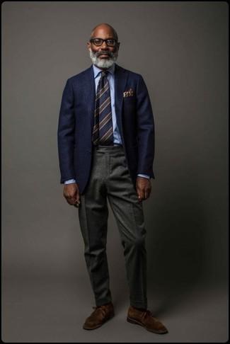 Модный лук: темно-синий шерстяной пиджак, голубая классическая рубашка, темно-серые шерстяные классические брюки, темно-коричневые замшевые ботинки дезерты