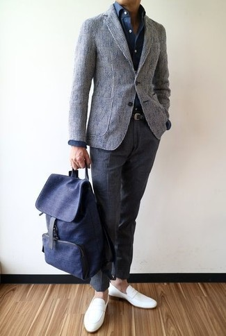 Как и с чем носить: серый твидовый пиджак, темно-синяя классическая рубашка, темно-серые шерстяные классические брюки, белые кожаные лоферы