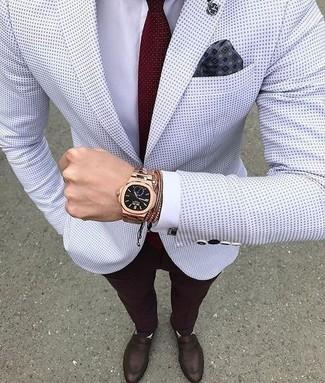 Как и с чем носить: белый пиджак в горошек, белая классическая рубашка, темно-красные классические брюки, темно-коричневые кожаные лоферы