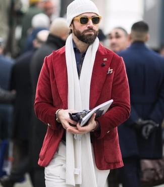 Как и с чем носить: красный вельветовый пиджак, темно-синяя классическая рубашка, белые классические брюки, белая шапка