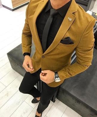 Как и с чем носить: горчичный шерстяной пиджак, черная классическая рубашка, черные классические брюки, черные кожаные лоферы с кисточками