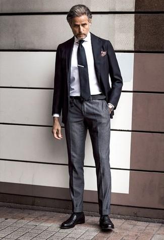 Как и с чем носить: черный пиджак, белая классическая рубашка, темно-серые классические брюки, черные кожаные лоферы