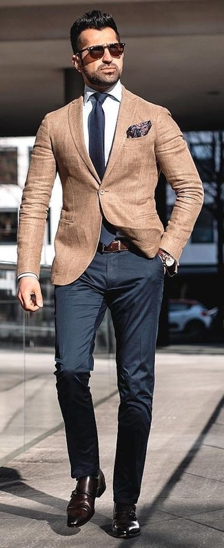 Как и с чем носить: светло-коричневый пиджак, белая классическая рубашка, черные классические брюки, темно-коричневые кожаные монки с двумя ремешками