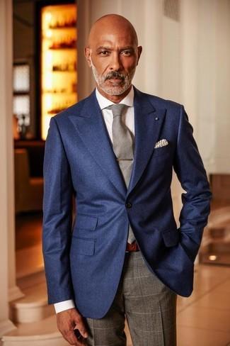 Серые классические брюки в клетку: с чем носить и как сочетать мужчине: Темно-синий пиджак смотрится прекрасно в тандеме с серыми классическими брюками в клетку.