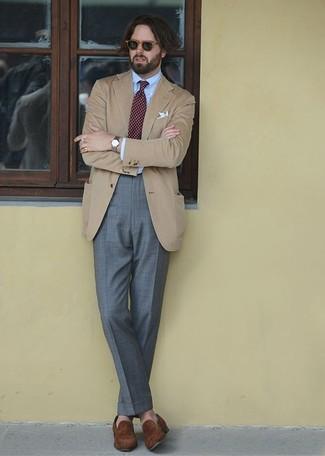 Как и с чем носить: светло-коричневый пиджак, голубая классическая рубашка, серые классические брюки, коричневые замшевые лоферы