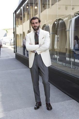 Как и с чем носить: белый пиджак, бело-черная классическая рубашка в вертикальную полоску, серые классические брюки, темно-коричневые кожаные лоферы с кисточками