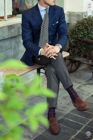 Как и с чем носить: темно-синий пиджак, голубая классическая рубашка, серые классические брюки, коричневые замшевые лоферы