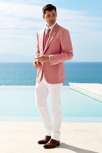Как и с чем носить: розовый пиджак, белая классическая рубашка, белые классические брюки, коричневые кожаные оксфорды