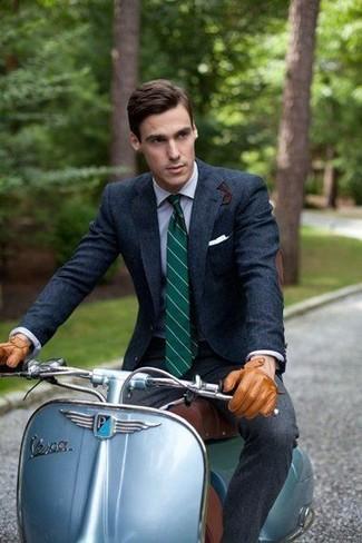 Как и с чем носить: темно-синий шерстяной пиджак, голубая классическая рубашка, темно-серые шерстяные классические брюки, темно-зеленый галстук в вертикальную полоску