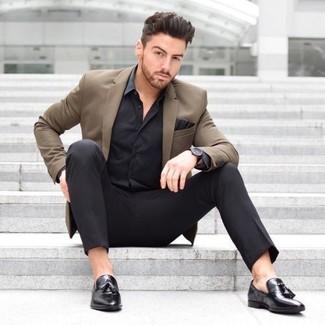 Как и с чем носить: коричневый пиджак, черная шелковая классическая рубашка, черные классические брюки, черные кожаные лоферы с кисточками