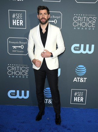 Как и с чем носить: белый пиджак, белая классическая рубашка, черные классические брюки, черные кожаные туфли дерби