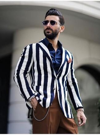 Как и с чем носить: бело-темно-синий пиджак в вертикальную полоску, темно-синяя классическая рубашка, коричневые классические брюки, оранжевый нагрудный платок