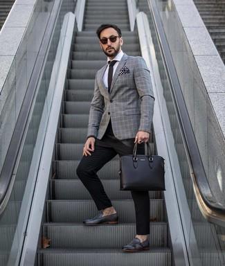 Как и с чем носить: серый пиджак в шотландскую клетку, белая классическая рубашка, черные классические брюки, черные кожаные монки с двумя ремешками