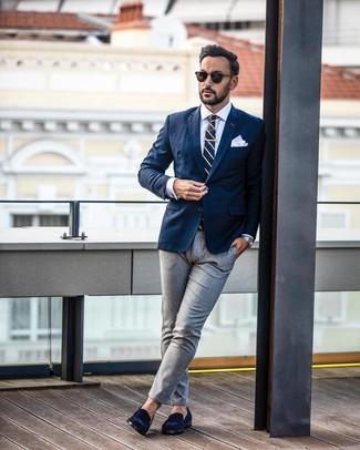 Как и с чем носить: темно-синий пиджак, белая классическая рубашка, серые классические брюки, темно-синие замшевые лоферы