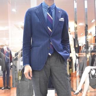 Темно-синий пиджак в вертикальную полоску: с чем носить и как сочетать мужчине: Темно-синий пиджак в вертикальную полоску в паре с серыми классическими брюками поможет создать стильный классический лук.