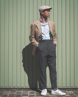 Как и с чем носить: светло-коричневый пиджак, голубая классическая рубашка, темно-серые классические брюки, белые кожаные низкие кеды