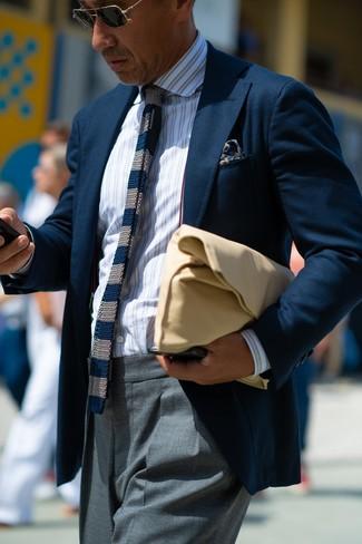 Как и с чем носить: темно-синий пиджак, белая классическая рубашка в вертикальную полоску, серые классические брюки, светло-коричневый кожаный мужской клатч