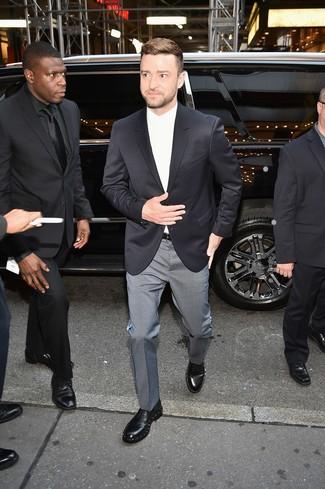 Как и с чем носить: черный пиджак, белая классическая рубашка, серые классические брюки в клетку, черные кожаные туфли дерби с украшением