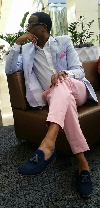 Как и с чем носить: голубой пиджак из жатого хлопка, белая классическая рубашка, розовые классические брюки, темно-синие замшевые лоферы с кисточками