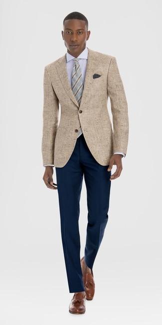 Как и с чем носить: светло-коричневый льняной пиджак, белая классическая рубашка, темно-синие классические брюки, коричневые кожаные лоферы с кисточками