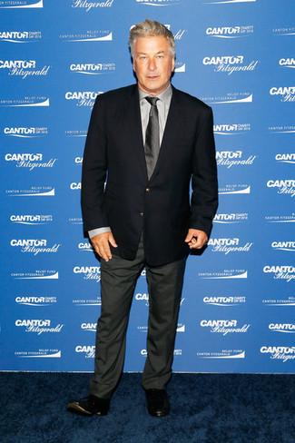 Как и с чем носить: темно-синий пиджак, серая классическая рубашка, темно-серые классические брюки, черные кожаные лоферы
