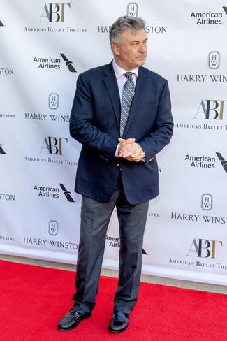 Как и с чем носить: темно-синий пиджак, белая классическая рубашка, темно-серые классические брюки, черные кожаные лоферы