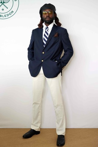 Как и с чем носить: темно-синий пиджак, белая классическая рубашка, белые классические брюки, черные кожаные лоферы