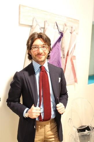 Как и с чем носить: черный пиджак, голубая классическая рубашка в мелкую клетку, светло-коричневые классические брюки, темно-красный вязаный галстук