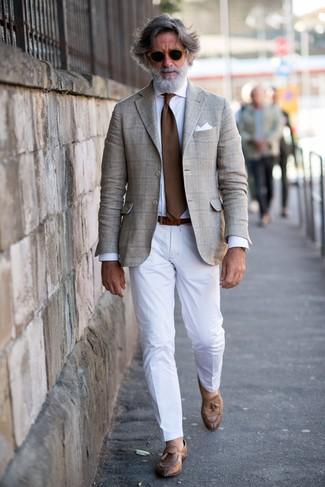 Как и с чем носить: бежевый пиджак в шотландскую клетку, белая классическая рубашка, белые классические брюки, коричневые кожаные лоферы с кисточками