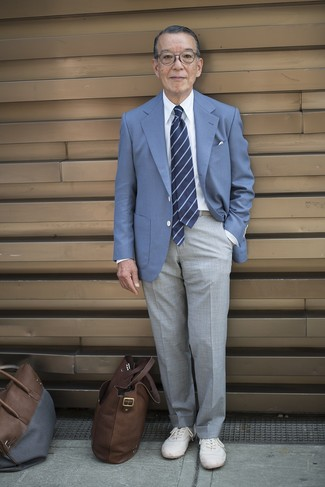 Как одеваться мужчине за 60: Несмотря на то, что это достаточно консервативный образ, ансамбль из синего пиджака и серых классических брюк приходится по вкусу джентльменам, а также пленяет сердца женщин. Чтобы привнести в ансамбль толику легкости , на ноги можно надеть белые низкие кеды.
